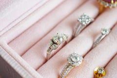 Золото и кольцо с бриллиантом и серьги серебра в шкатулке для драгоценностей стоковое изображение rf