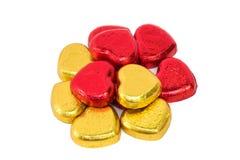 Золото и красная фольга обернули форму сердца шоколада стоковая фотография rf
