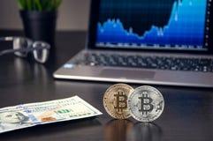 Золото и серебряная монета Bitcoin на черном конце-вверх предпосылки стоковая фотография rf