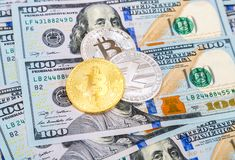 Золото и серебряные монеты cryptocurrency лежа над 100 a Стоковое Фото