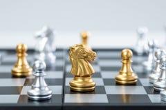Золото и серебряные шахматы стоковые изображения