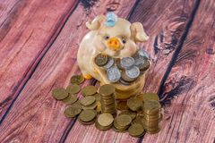 золото монеток банка piggy Стоковая Фотография