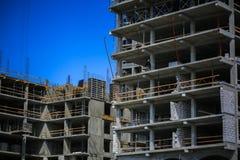 золото перстов конструкции принципиальной схемы расквартировывает ключей Новое здание под конструкцией против неба background car Стоковая Фотография