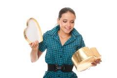 золото подарка коробки милое смотря детенышей женщины Стоковые Изображения