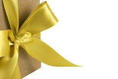 золото подарка коробки смычка Стоковые Изображения RF