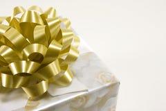 золото подарка коробки смычка Стоковое Изображение