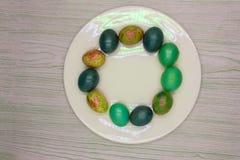 Золото подарка потехи яичка пасхи понедельника пасхальных яя, стоковое фото rf