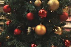 золото рождества орнаментирует красный цвет стоковое изображение rf