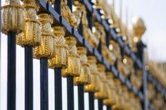 Золото украсило ворота перед королевским дворцом дворец Брюсселя, Бельгии бельгийской королевской семьи стоковое изображение rf