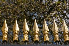 Золото украсило ворота перед королевским дворцом дворец Брюсселя, Бельгии бельгийской королевской семьи стоковые фотографии rf