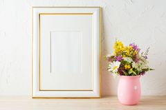 Золото украсило модель-макет рамки с wildflowers в розовой вазе стоковая фотография