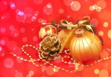 золото украшений рождества над красным цветом стоковое фото rf