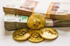 Золото Bitcoin и русский рубль Монетка Bitcoin на предпосылке русских рублей Стоковое фото RF