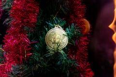 Золото Bitcoin Монетка денег Оформление ` s Нового Года рождество моя версия вектора вала портфолио стоковые изображения