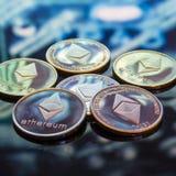 Золото Bitcoin, серебр и медные деньги и defocused напечатанное circ стоковые изображения