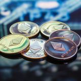 Золото Bitcoin, серебр и медные деньги и defocused напечатанное circ стоковые фото