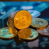 Золото Bitcoin, серебр и медные деньги и defocused напечатанное circ стоковая фотография rf