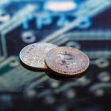 Золото Bitcoin, серебр и медные деньги и defocused напечатанное circ стоковое фото
