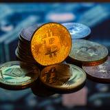 Золото Bitcoin, серебр и медные деньги и defocused напечатанное circ стоковые изображения rf