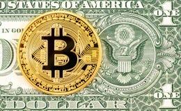 Золото Bitcoin Cryptocurrency лежа на одной банкноте доллара стоковые фотографии rf