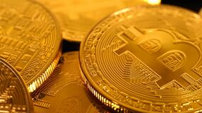 Золотые деньги Bitcoins видеоматериал