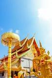 Золотые здание и зонтик в Wat Phra что Doi Suthep популярное туристское назначение Чиангмая стоковые изображения rf
