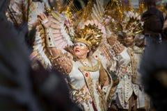 Золотые костюмы фантазии в параде масленицы стоковые изображения