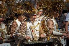 Золотые костюмы фантазии в параде масленицы стоковая фотография rf