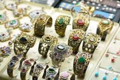 Золотые красочные ювелирные изделия с самоцветами в комнате выставки стоковые изображения rf