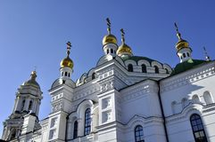 Золотые куполы собора с крестами против голубого неба Стоковые Фото