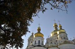 Золотые куполы собора с крестами против голубого неба Стоковые Изображения RF