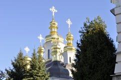 Золотые куполы собора с крестами против голубого неба Стоковые Изображения