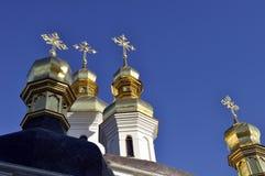 Золотые куполы собора с крестами против голубого неба Стоковое Изображение RF