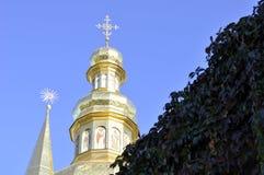Золотые куполы собора с крестами против голубого неба Стоковое Изображение
