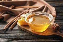 Золотые мед и циннамон Стоковые Фотографии RF