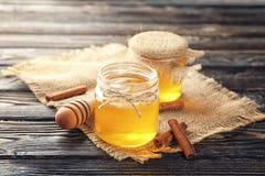 Золотые мед и циннамон Стоковые Изображения RF