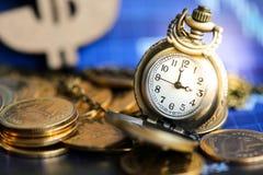 Золотые монетки и винтажный карманный вахта, концепция дела стоковые фотографии rf