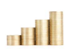 Золотые монетки стоят вертикально в колонках Стоковые Фотографии RF