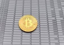 Золотые монетки Bitcoin на белой предпосылке с номерами цена bi стоковые фотографии rf