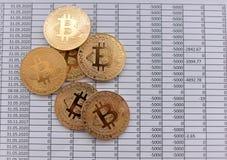 Золотые монетки Bitcoin на белой предпосылке с номерами цена bi Стоковое фото RF