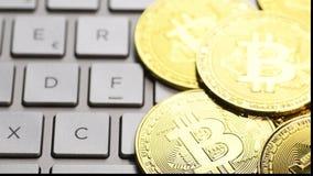 Золотые монетки bitcoin сток-видео