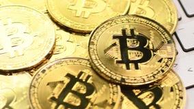 Золотые монетки bitcoin видеоматериал