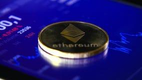 Золотые монетки ethereum на предпосылке графического графика состояния запасов Концентрация Секретный-валюты  сток-видео