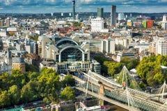 Золотые мост юбилея & станция креста Charing, Лондон Стоковое Изображение RF