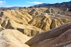 Золотые неплодородные почвы выветренные в волны, pleats и буераки на Zabrisk стоковая фотография rf
