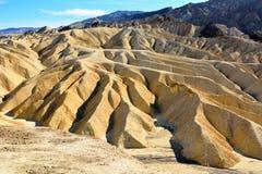 Золотые неплодородные почвы выветренные в волны, pleats и буераки на Zabrisk стоковое фото