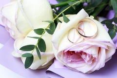Золотые обручальные кольца на букете роз, концепции свадьбы стоковое фото rf