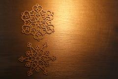 Золотые орнаменты снежинки на золотой предпосылке стоковые фото