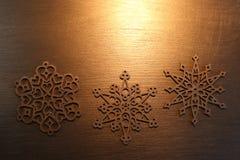 Золотые орнаменты снежинки на золотой предпосылке стоковое фото