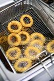 Золотые поколоченные кольца лука жаря в масле Стоковая Фотография RF
